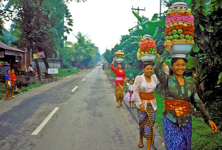 Indonesia_Bali_Women_Fruit2